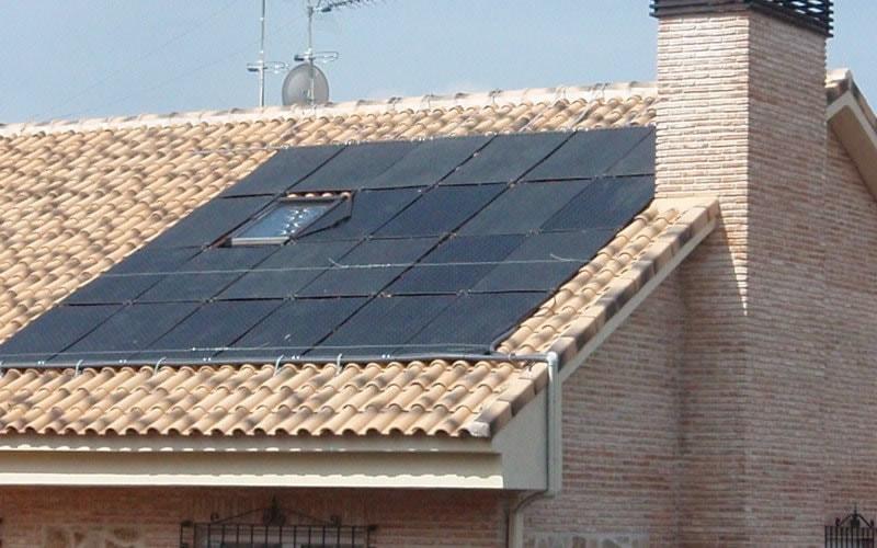 Paneles solares instalados sobre cubierta plana oku for Tejados solares
